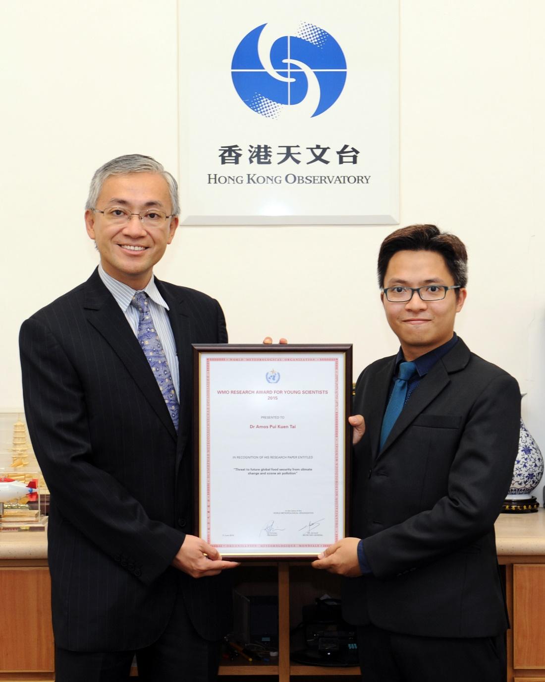 岑智明先生(左)頒發2015年度「世界氣象組織青年科學家研究獎」予戴沛權教授(右)。