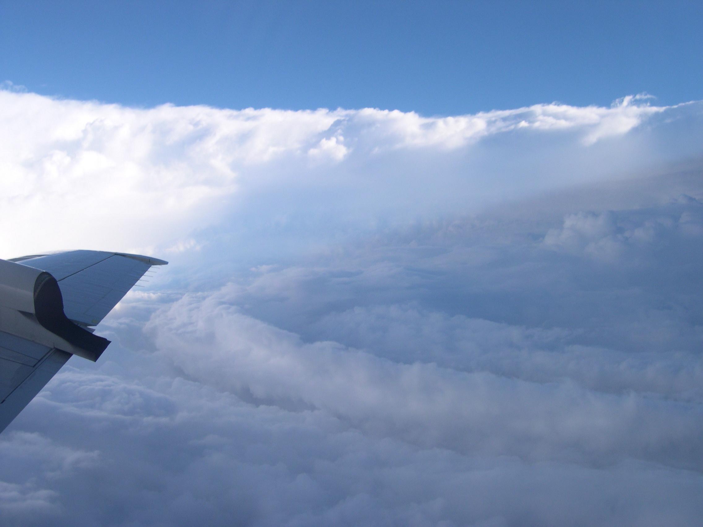 Un aéronef de la NOAA traverse le mur de l'œil de l'ouragan Isabel