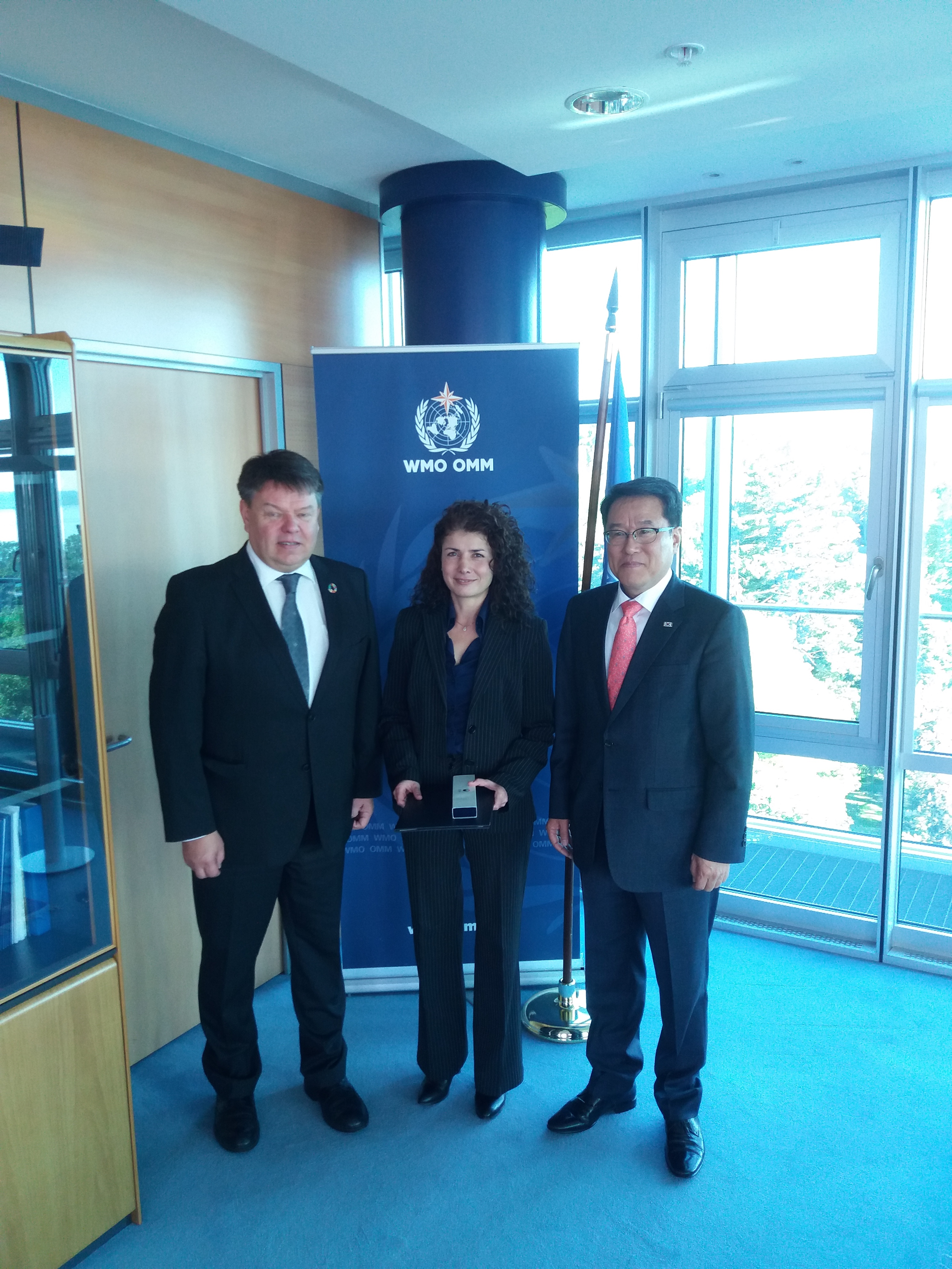 Jae-cheol Nam, Vice Adminstrator of the Korea Meteorological Administration (KMA), gives certificate of recognition to Ayșe Altunoğlu, head of WMO's project coordination unit