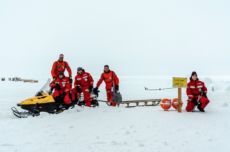 Robert Hausen (sitting left in the front) with the helicopter team on the floe (09 April).