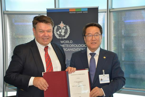 P. Taalas (WMO SG) and Jae Cheol NAM (Administrator, Korea Meteorological Administration) - WMO Photo/Debray