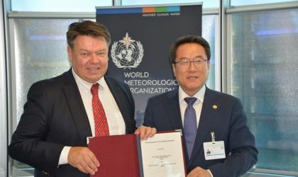 P. Taalas (WMO SG) and Jae Cheol NAM (Administrator, Korea Meteorological Administration) - WMO Photo/Debray