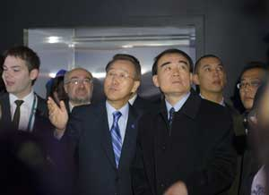 Secretary-General Ban Ki-moon (centre left) and Li Baodong (centre right), Permanent Representative of the People's Republic of China to the UN, look over the Meteo World Pavilion's climate change exhibit.